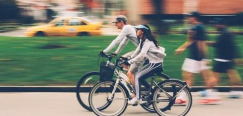 ¿Te mueves en bicicleta a diario? Esta es la equipación perfecta que te hará la vida más fácil