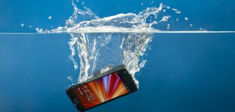 ¡Móvil al agua! Evita disgustos este verano con tecnología resistente al agua