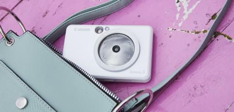 ¿Qué hay en el bolso de una instagramer? Tres imprescindibles (y un accesorio techie) para sobrevivir a un día a día de selfis