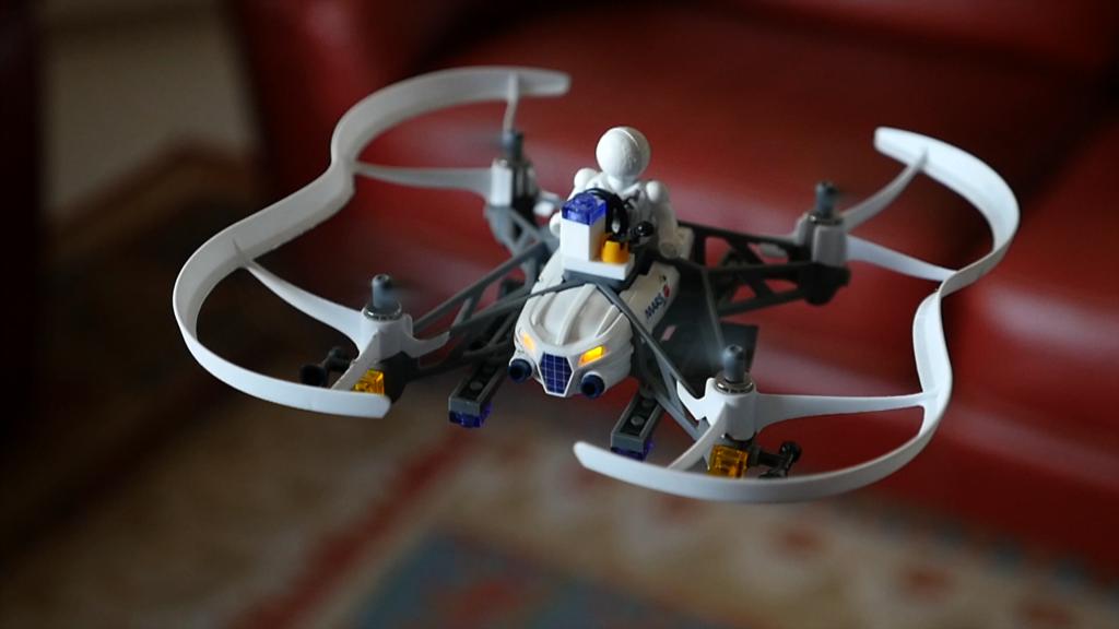 Minidron de Parrot en vuelo interior