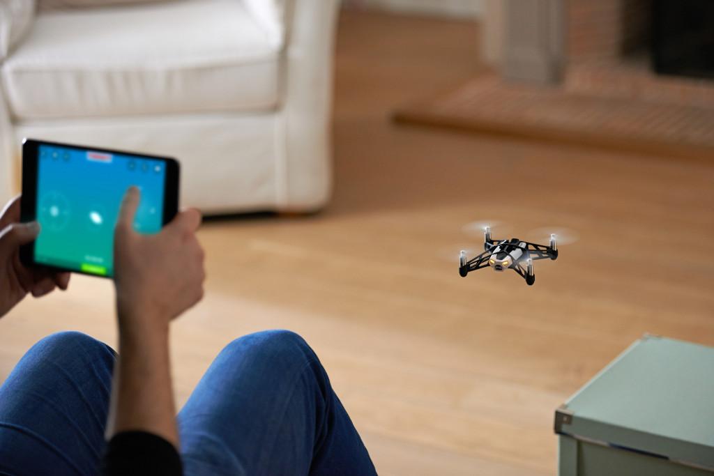 Volando un dron Parrot con cámara