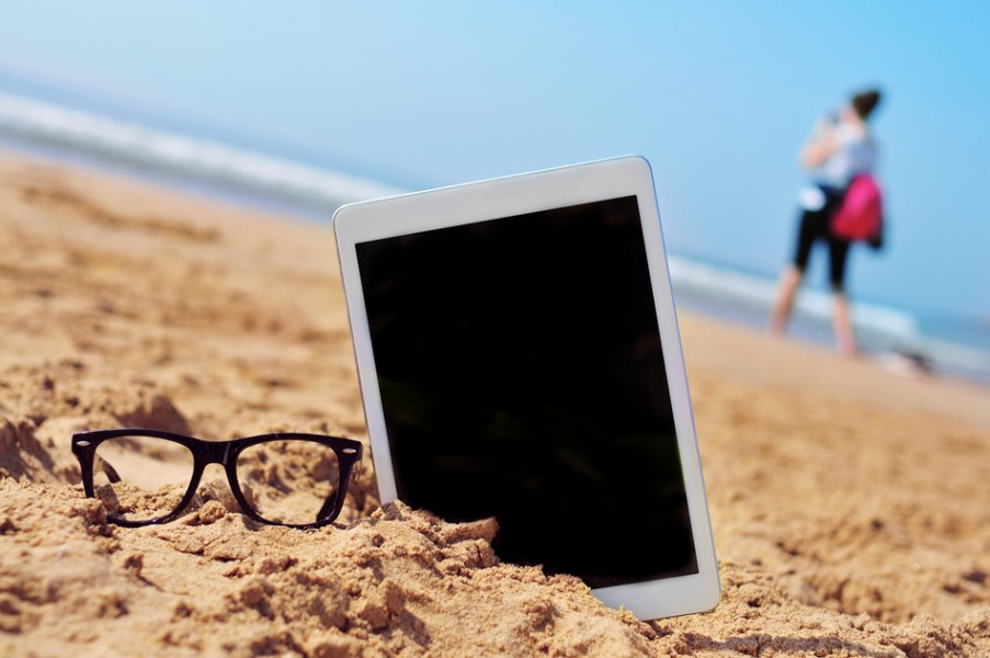 photodune-10966454-eyeglasses-and-tablet-with-black-blank-space-in-the-screen-in-the-sand-of-a-beach-s-903x600