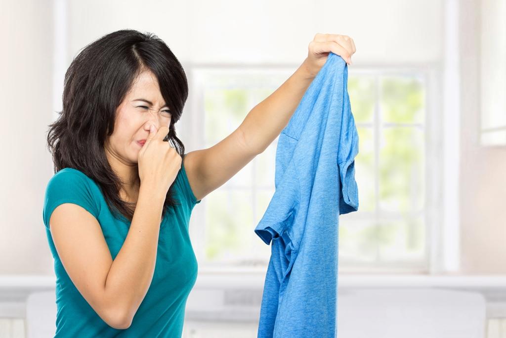 mujer con mal olor en la ropa