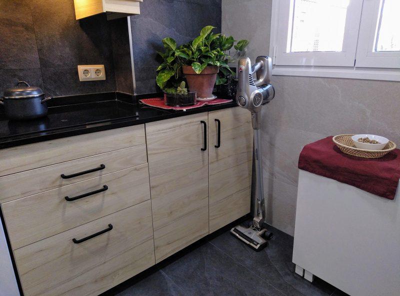 aspiradora de mano en la cocina guardada